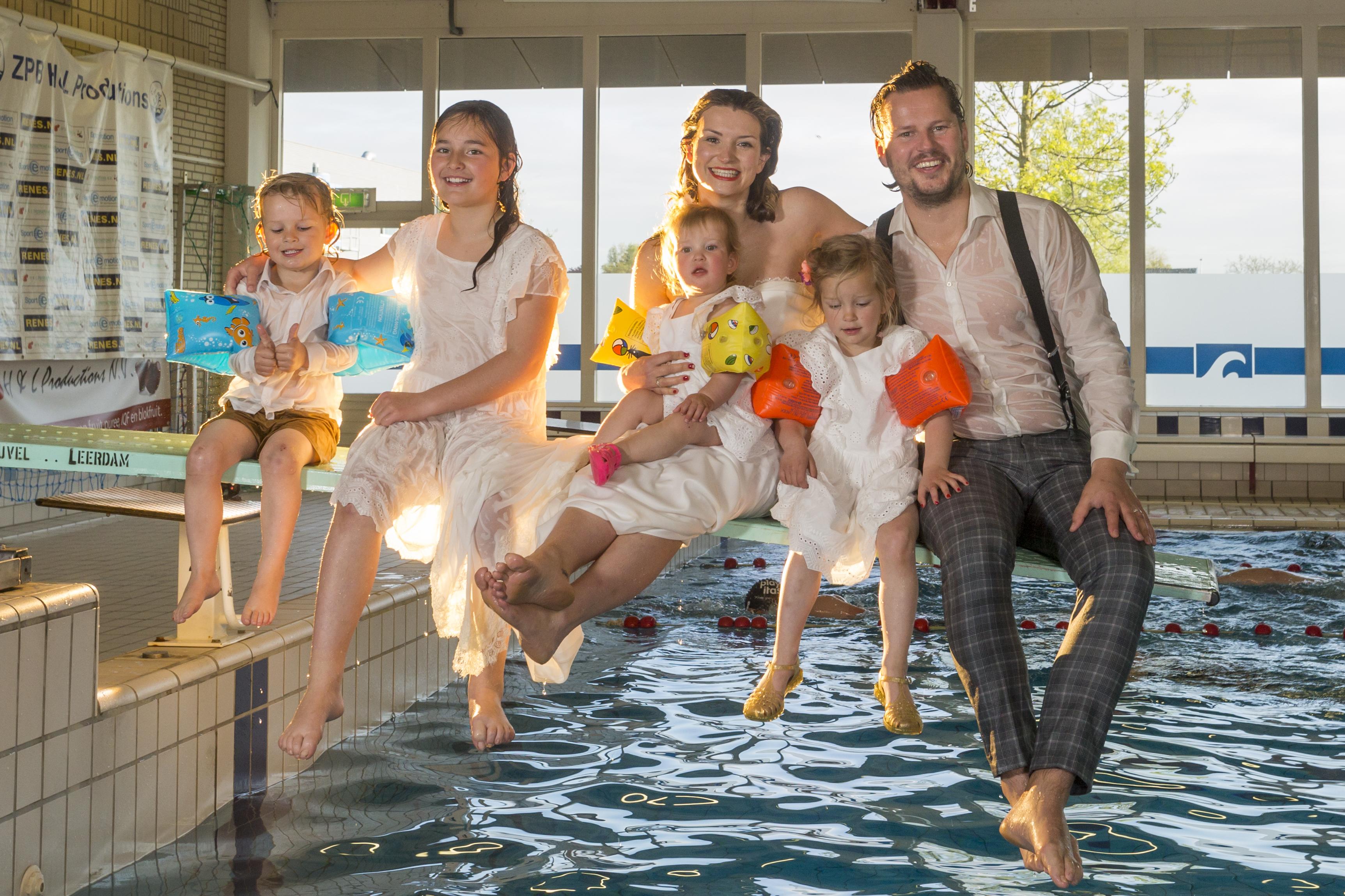 In trouwkleding van de duikplank!